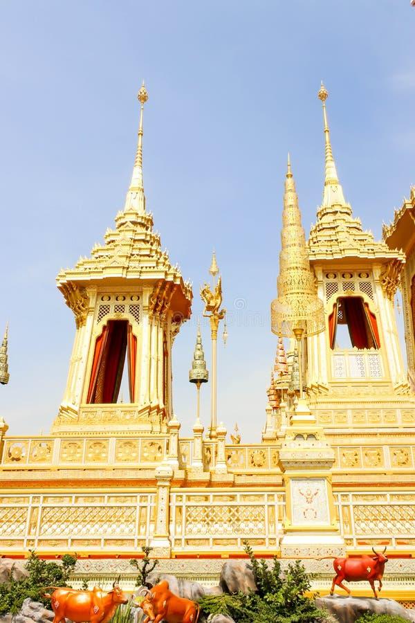 Opinião bonita do ouro dois o crematório real para o HM o rei atrasado Bhumibol Adulyadej no 4 de novembro de 2017 imagem de stock