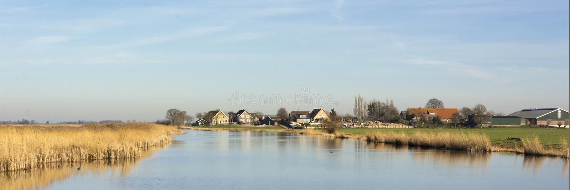 Opinião bonita do panorama em uma paisagem holandesa típica fotografia de stock