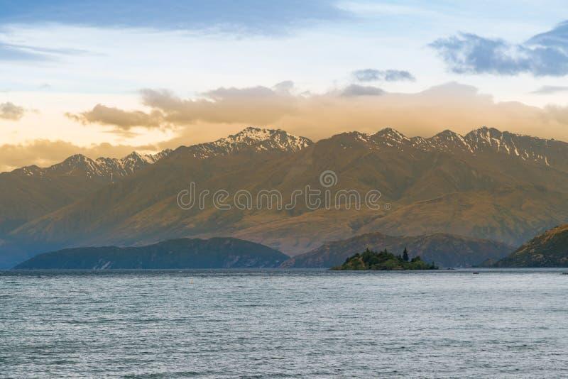 Opinião bonita do por do sol do lago new Zealand Wanaka foto de stock