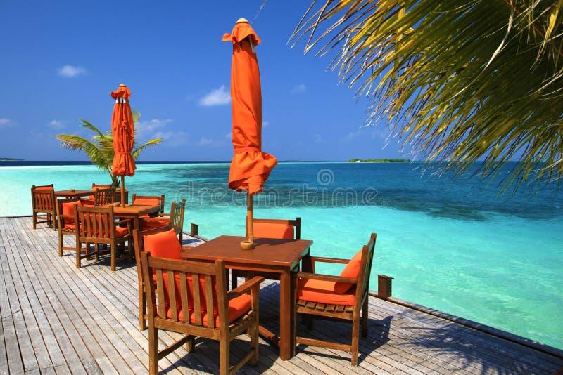 Opinião bonita do restaurante da praia em Maldives imagens de stock