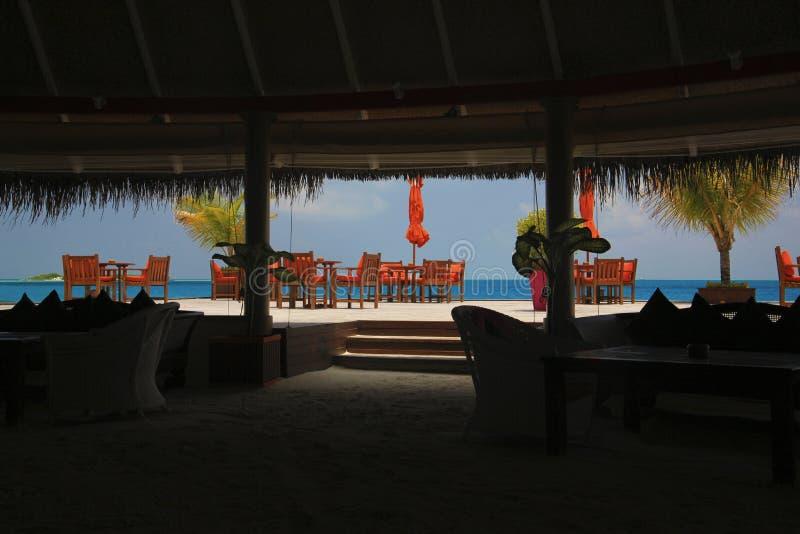 Opinião bonita do restaurante da praia em Maldives foto de stock