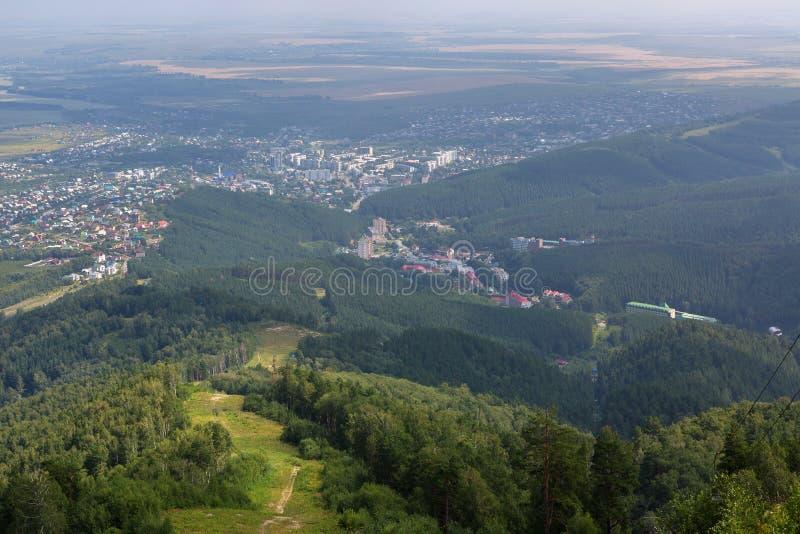 Opinião bonita do verão da montagem Tserkovka ao recurso de Belokurikha no Altai Krai imagens de stock