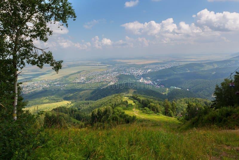 Opinião bonita do verão da montagem Tserkovka ao recurso de Belokurikha no Altai Krai fotos de stock royalty free