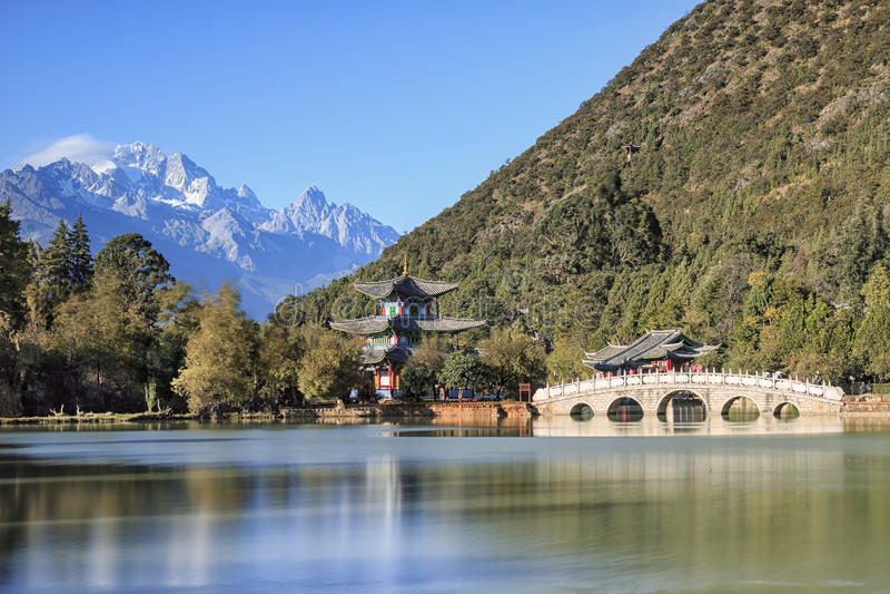 Opinião bonita Dragon Pool e Jade Dragon Snow Mountain pretos em Lijiang, Yunnan - China fotos de stock royalty free