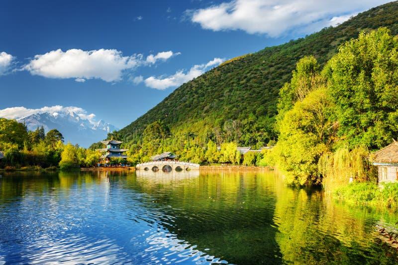 Opinião bonita Dragon Pool preto, Lijiang, China foto de stock