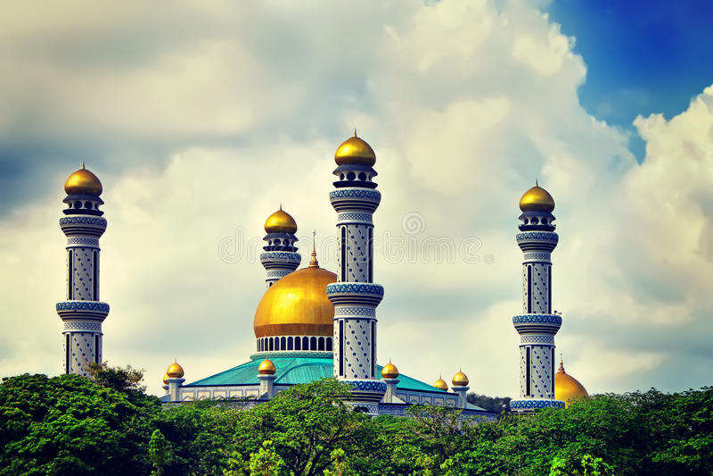 A opinião bonita Jame Asr Hassanil Bolkiah Mosque com Gree imagens de stock royalty free