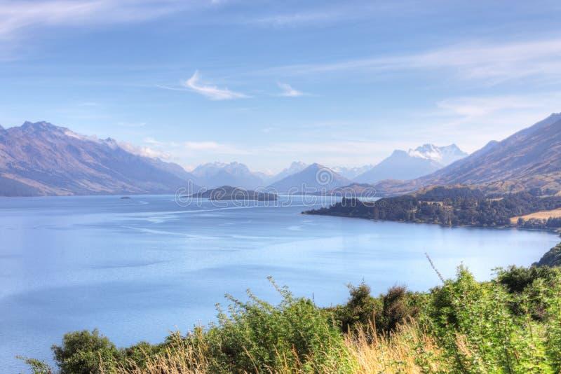 Opinião bonita Nova Zelândia da montanha e do mar foto de stock