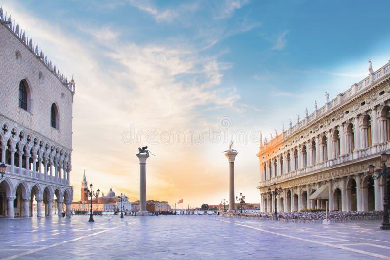 Opinião bonita o palácio do ` s do doge, o Marcian Library, a coluna de St Mark e Saint Theodore na praça San Marco imagem de stock royalty free
