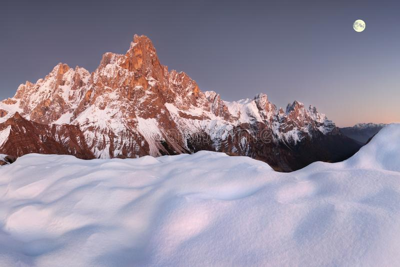 Opinião bonita Pale di San Martino nas dolomites italianas com o céu nebuloso azul O della famoso Pala de Cimon foto de stock