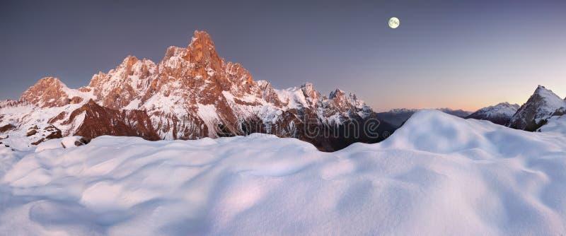Opinião bonita Pale di San Martino nas dolomites italianas com o céu nebuloso azul O della famoso Pala de Cimon imagens de stock
