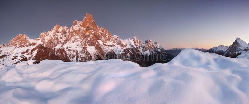 Opinião bonita Pale di San Martino nas dolomites italianas com o céu nebuloso azul O della famoso Pala de Cimon foto de stock royalty free