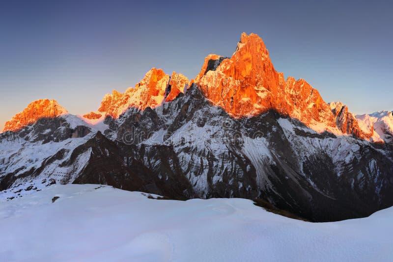 Opinião bonita Pale di San Martino nas dolomites italianas com o céu nebuloso azul O della famoso Pala de Cimon imagem de stock