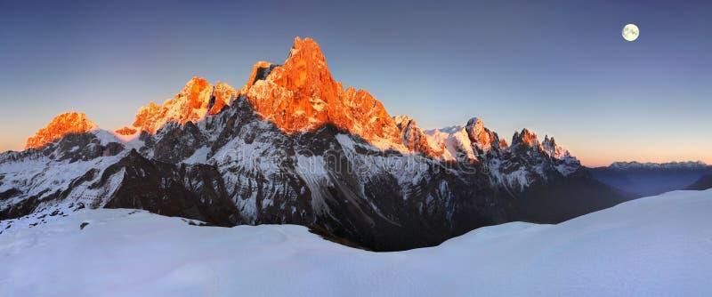 Opinião bonita Pale di San Martino nas dolomites italianas com o céu nebuloso azul O della famoso Pala de Cimon imagens de stock royalty free