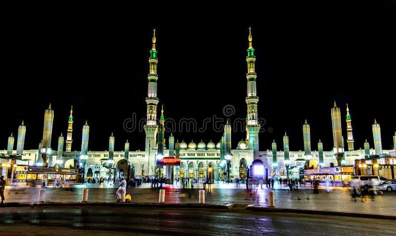 A opinião bonita santamente da noite de Masjid Madinah imagem de stock