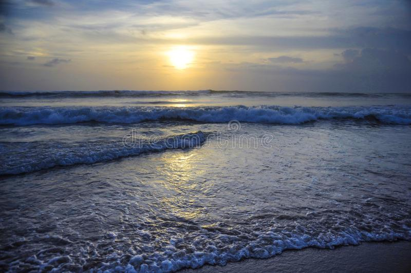 Opinião bonita surpreendente do por do sol da paisagem do mar da praia do dobro seis de Seminyak na ilha de Bali de Indonésia fotos de stock royalty free