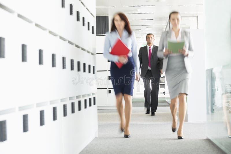 Opinião borrada as mulheres de negócios que andam no escritório fotos de stock royalty free