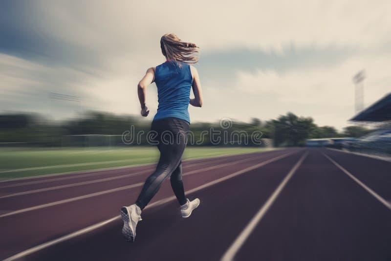 Opinião borrada a menina de corrida no estádio na competição Uso como o fundo Atletismo no estádio imagens de stock