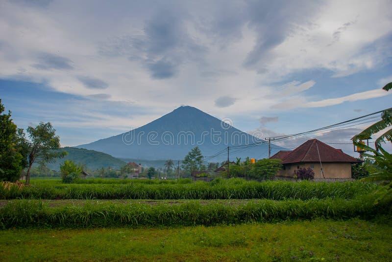 Opinião cênico Amed Bay em Bali com a montagem Agung do vulcão no fundo imagem de stock