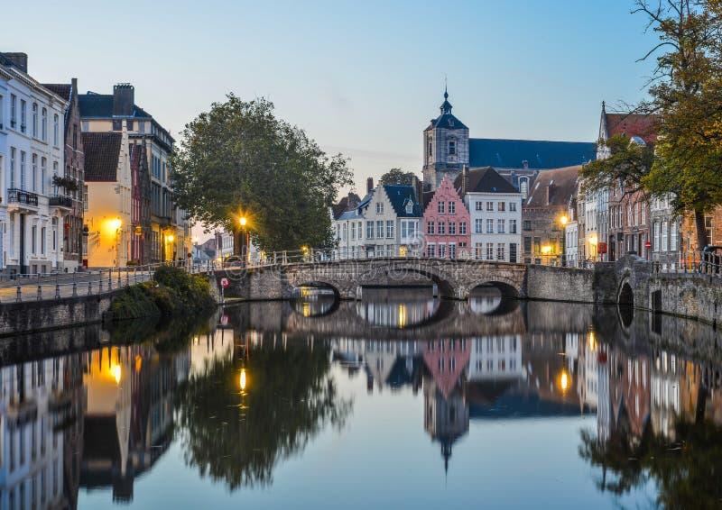 Opinião cênico da cidade do canal de Bruges na noite foto de stock