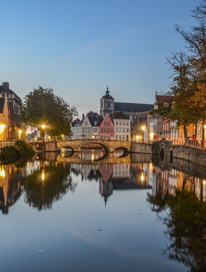 Opinião cênico da cidade do canal de Bruges na noite fotos de stock royalty free
