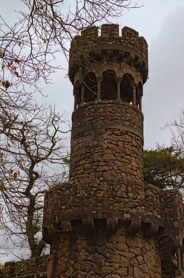 Opinião cênico da manhã da torre de pedra antiga no palácio Quinta da Regaleira de Regaleira Céu dramático com nuvems tempestuosa imagens de stock