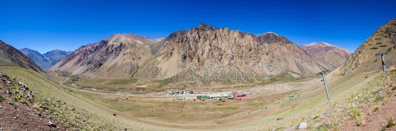 Opinião cênico da montanha com elevador de esqui no parque de Aconcagua argent fotografia de stock