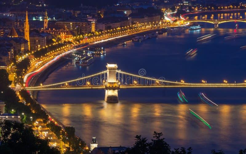Opinião cênico da noite da ponte Chain e da terraplenagem em Danube River em Budapest, Hungria foto de stock