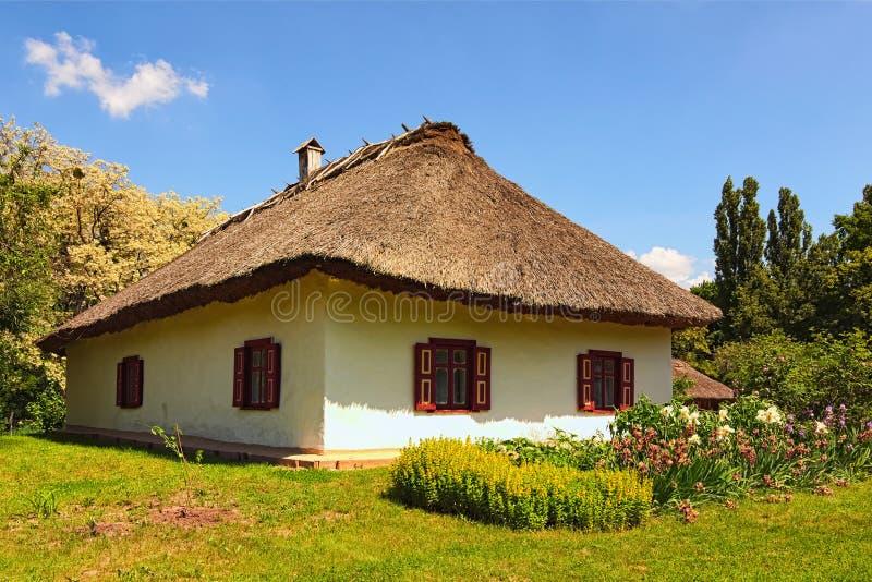 Opinião cênico da paisagem da casa antiga da argila no museu de Pereyaslav-Khmelnitsky da arquitetura e da vida populares fotos de stock royalty free