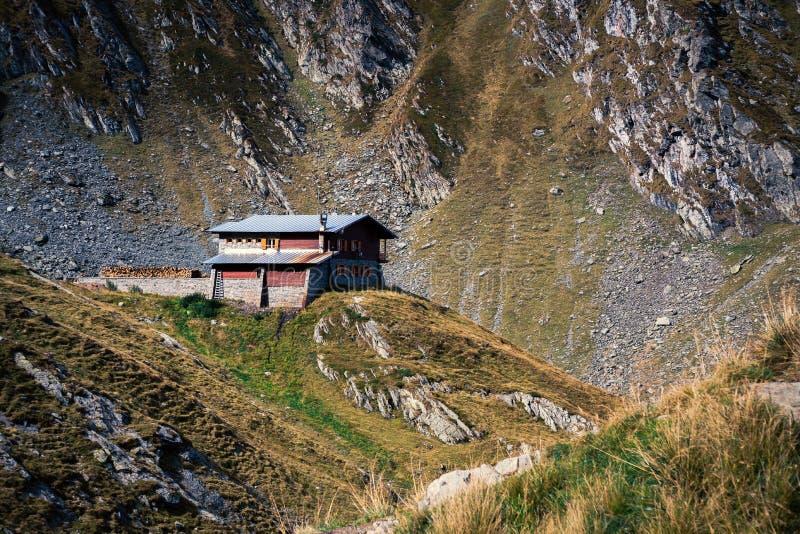 Opinião cênico da paisagem em uma casa só na parte superior da montanha Transfagarasan, hotel, Romênia fotos de stock royalty free