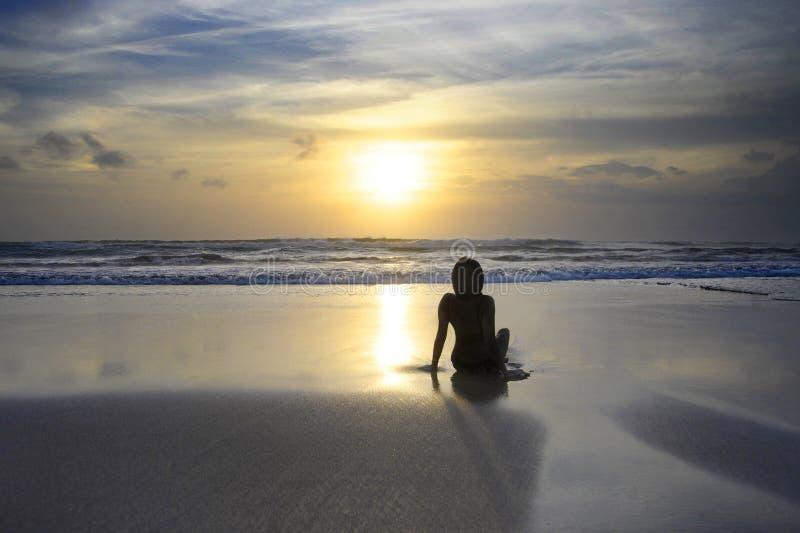 Opinião cênico da praia bonita surpreendente do por do sol com a silhueta do wo fotografia de stock royalty free
