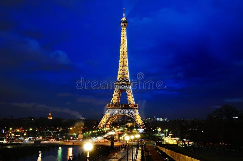Opinião cênico da torre Eiffel na hora azul da noite, Paris, França fotografia de stock
