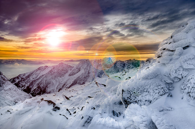 Opinião cênico das montanhas do inverno com neve e crosta de gelo congeladas imagens de stock