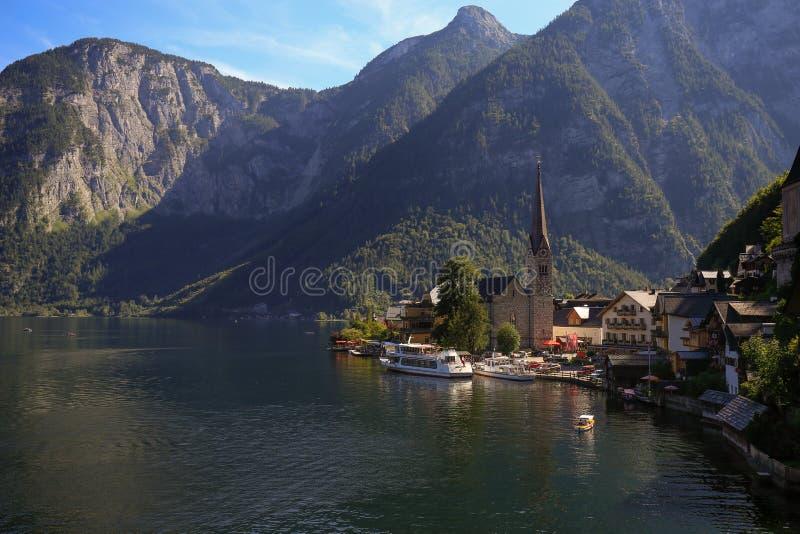 Opinião cênico do imagem-cartão da aldeia da montanha famosa de Hallstatt imagens de stock royalty free