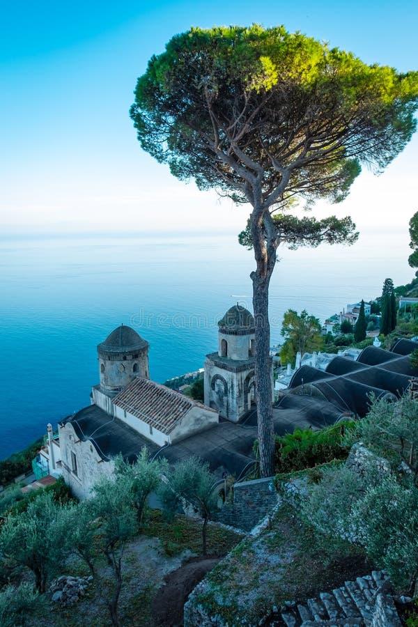 Opinião cênico do imagem-cartão da costa famosa de Amalfi com o golfo de Salerno dos jardins de Rufolo da casa de campo em Ravell fotos de stock royalty free