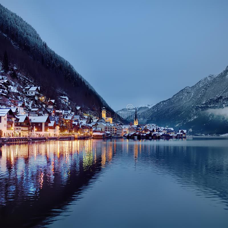 Opinião cênico do inverno da noite da vila de Hallstatt nos cumes austríacos imagens de stock