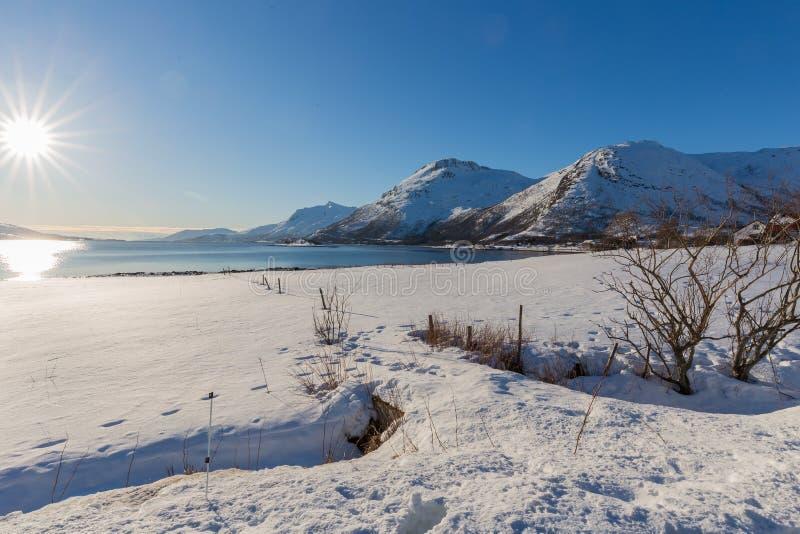 Opinião cênico do inverno sobre o fiorde e montanhas nevado de Kongsvika foto de stock