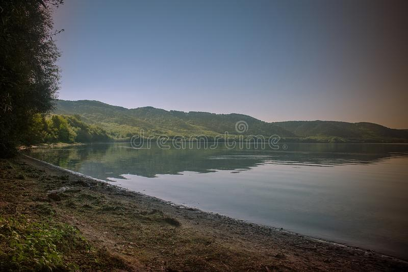 Opinião cênico do panorama do monte ao reservatório no Dnies imagem de stock