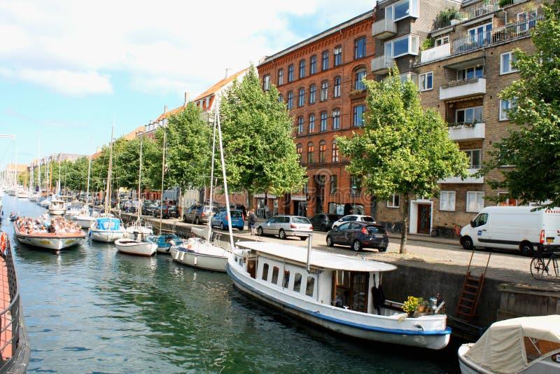Opinião cênico do verão de construções da cor de Nyhavn em Copehnagen fotos de stock royalty free