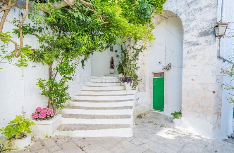 Opinião cênico do verão em Ostuni, província de Brindisi, Apulia, Itália fotos de stock