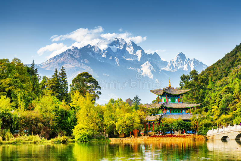Opinião cênico Jade Dragon Snow Mountain, China imagens de stock royalty free