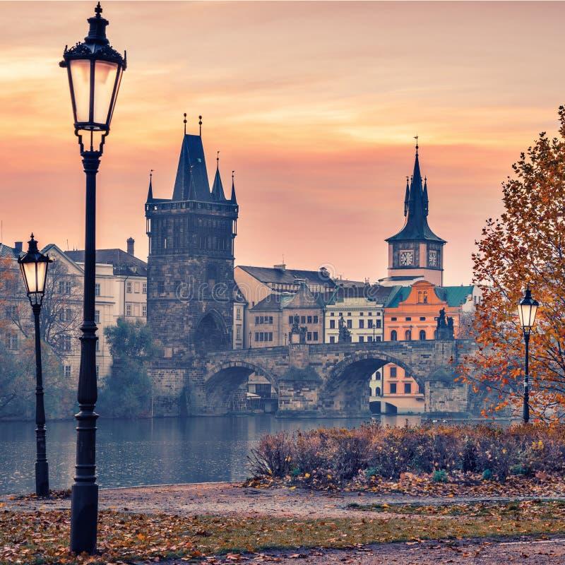 Opinião Charles Bridge em Praga durante o nascer do sol, República Checa fotos de stock royalty free