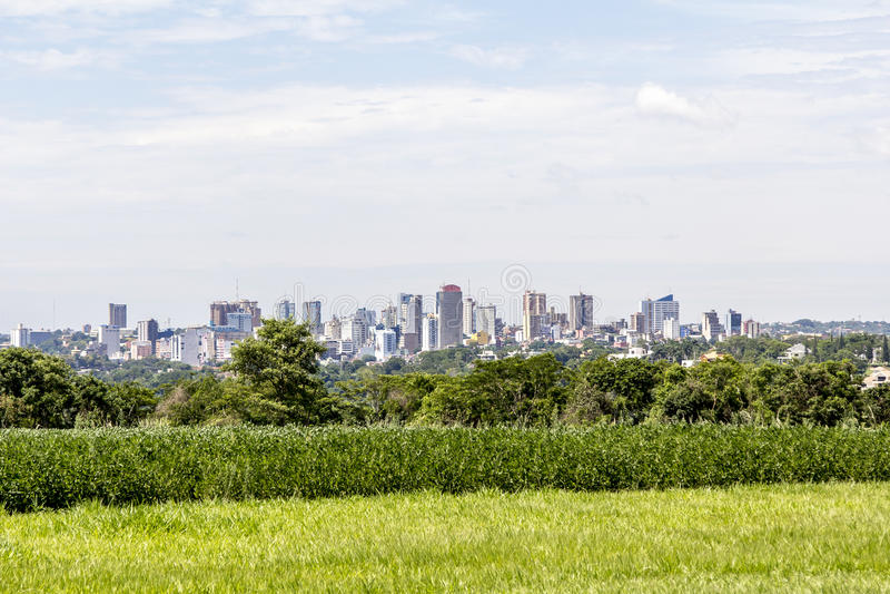 A opinião Ciudad del Este (Paraguai) de Foz faz Iguacu, Brasil imagem de stock