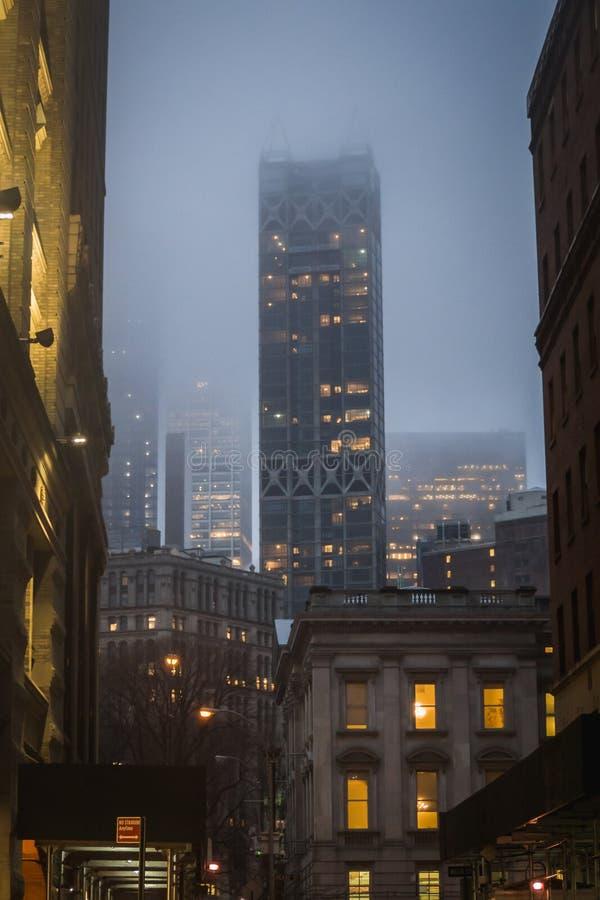 Opinião clássica da noite das ruas do centro de Manhattan em New York no meio das construções fotografia de stock