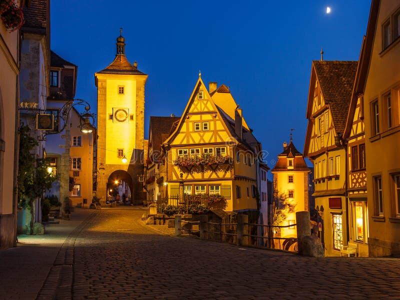 Opinião clássica da noite do cartão da cidade velha medieval do der Tauber do ob de Rothenburg, Baviera, Alemanha fotos de stock royalty free