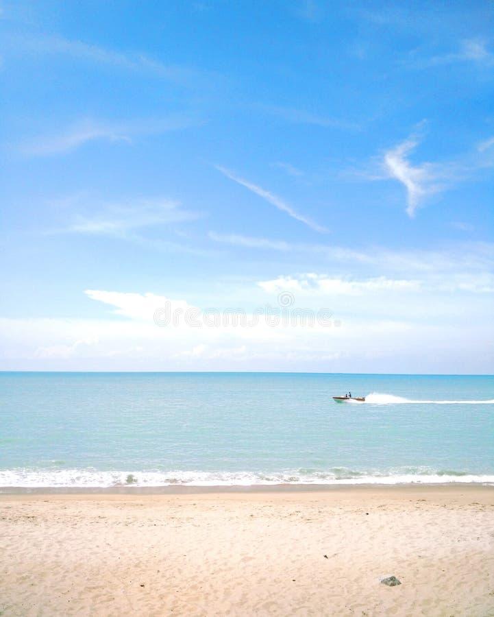 Opinião clara da praia com uma passagem do barco perto, ilha de Penang foto de stock