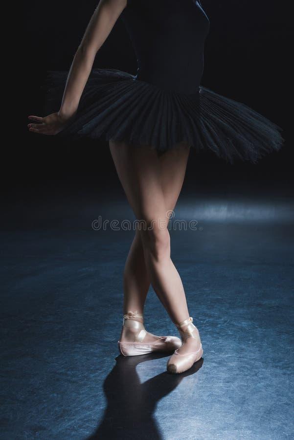 opinião colhida o dançarino de bailado elegante em sapatas do pointe fotografia de stock royalty free