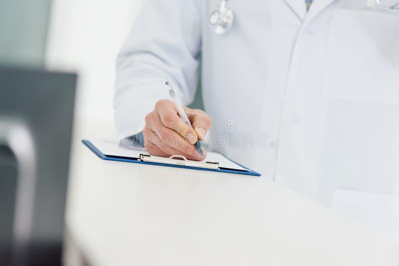 opinião colhida o doutor no diagnóstico branco da escrita do revestimento foto de stock