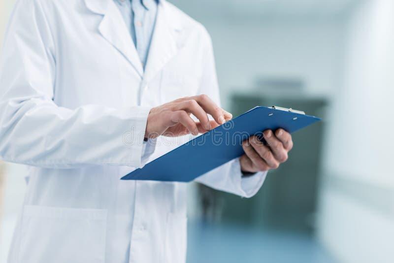 opinião colhida o doutor no revestimento branco que guarda o diagnóstico imagem de stock royalty free