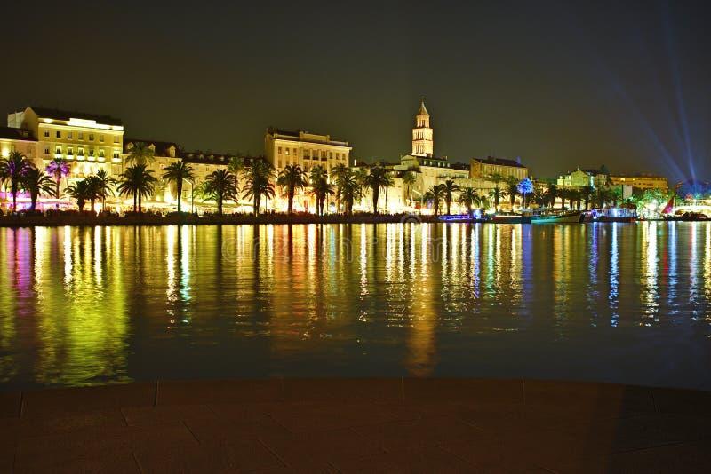 Opinião colorida da noite da cidade velha rachada da cidade imagem de stock royalty free