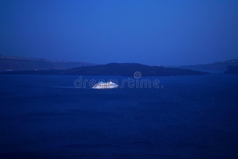 Opinião colorida da noite de um navio de cruzeiros em Oia, Santorini foto de stock royalty free